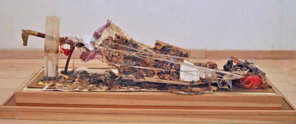 """""""Trash"""", scultura di materiali vari, s.d., cm. 120 x 35 x 25"""